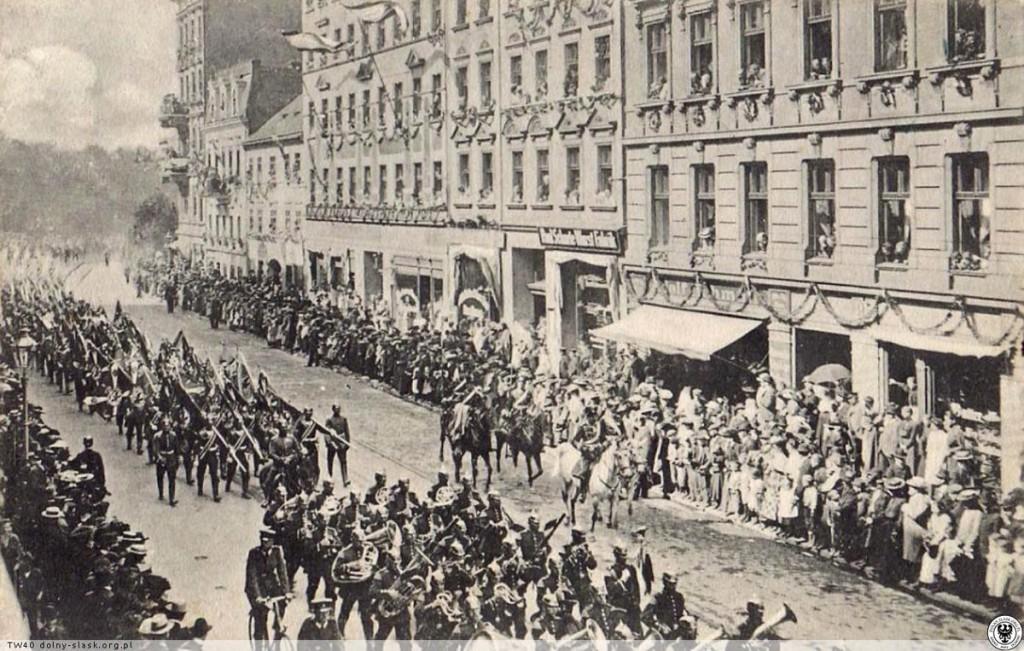 Wojskowa parada na ulicy Legnickiej we Wrocławiu 1906 rok - Źródło: dolny-slask.org.pl