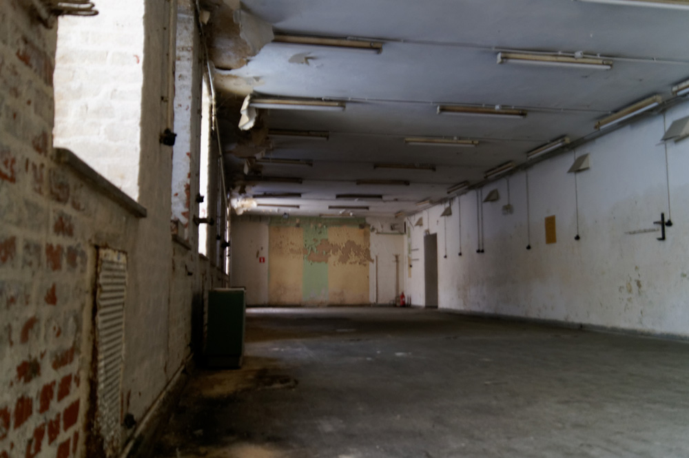 Puste podziemne pomieszczenia, w których były urządzenia. Jest jasno dzięki systemowi doświetlenia.