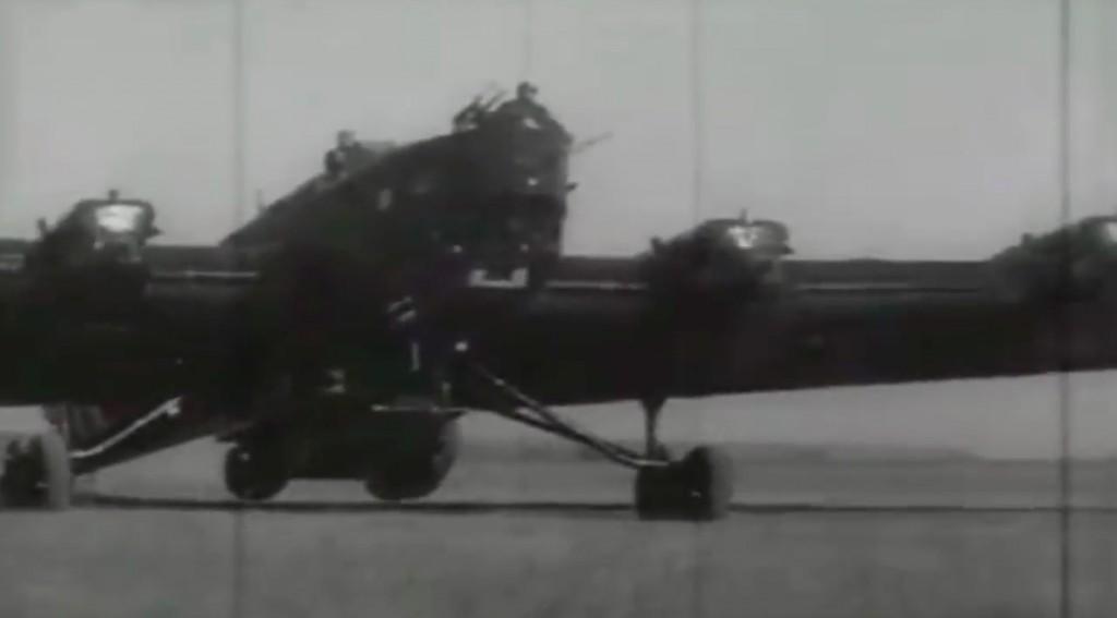 Samolot TB-3 z podwieszonym lekkim czołgiem T-37