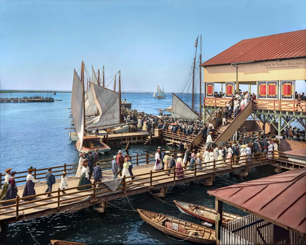 Przystań i wejście na molo - Świat na 10 Kolorowych Starych Zdjęciach - Autor: Sanna Dullaway