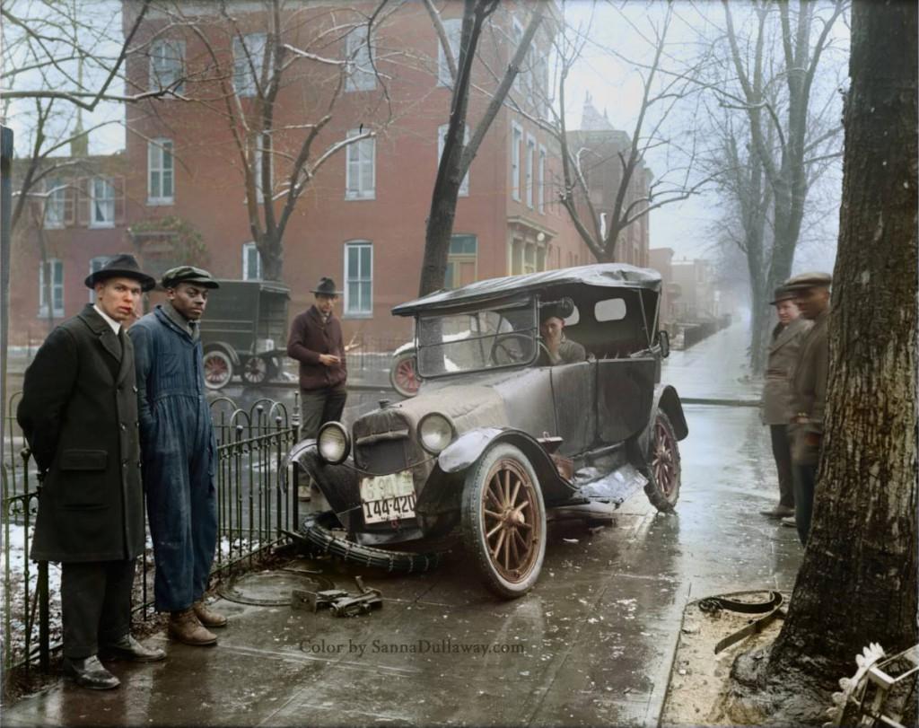 Wypadek samochodowy - Świat na 10 kolorowych starych zdjęciach - Autor: Sanna Dullaway