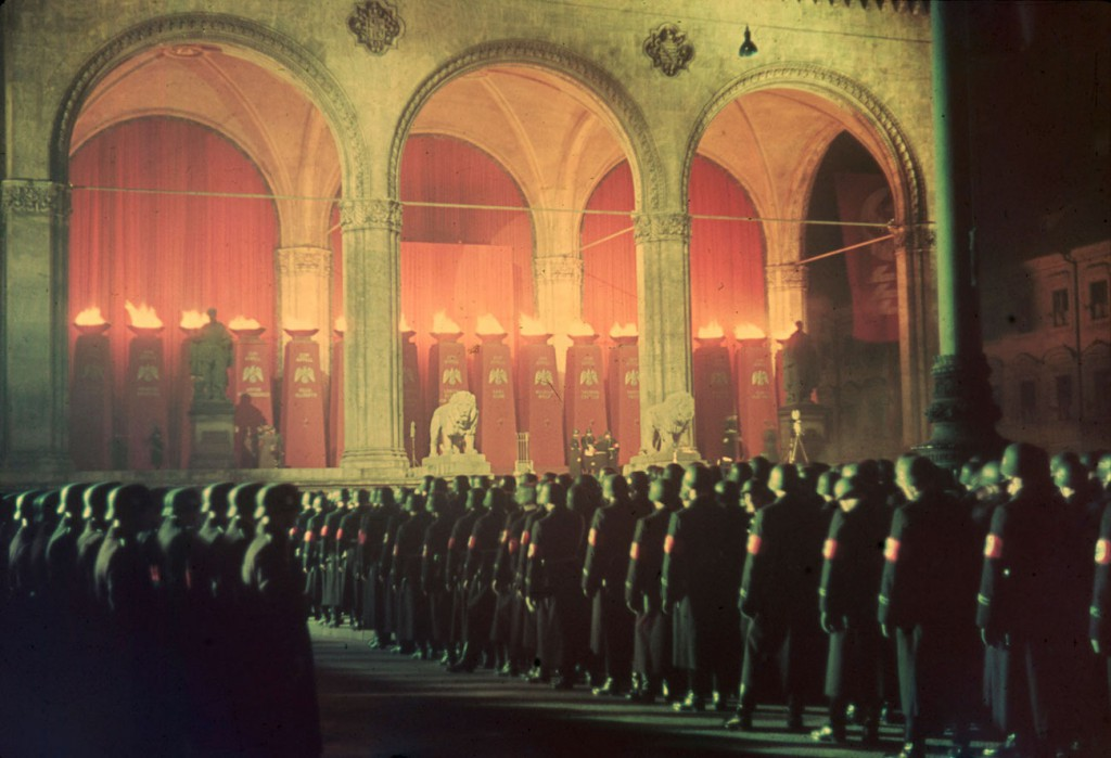 SS podczas uroczystości na Feldherrnhalle - III Rzesza w kolorze