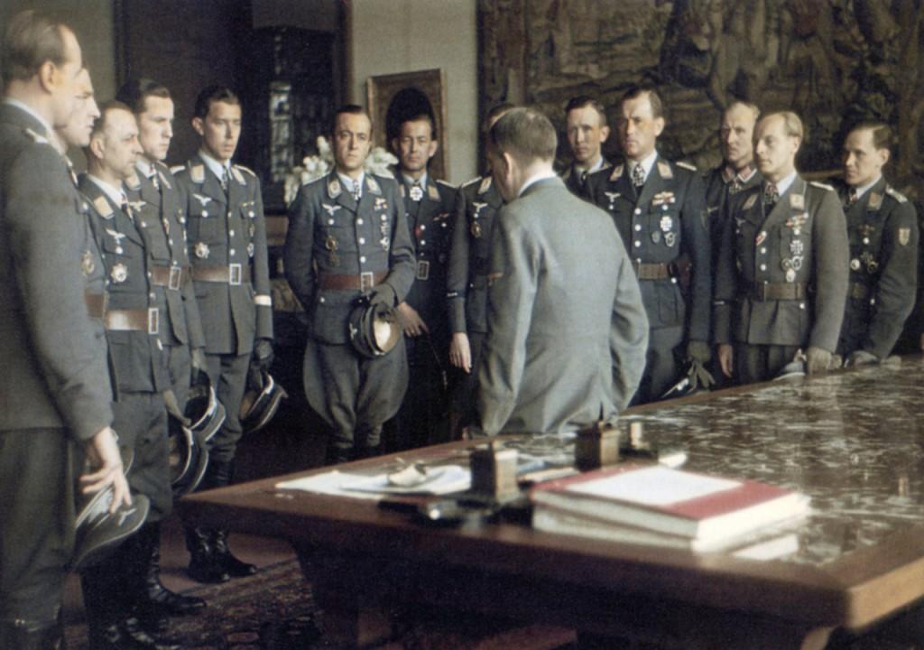 Adolf Hitler z asami Luftwaffe - III Rzesza w kolorze