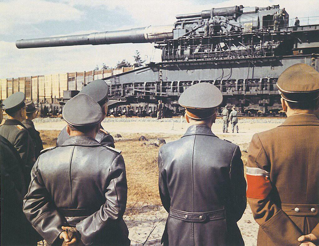 """Działo kolejowe """"Dora"""", w środku A. Hitler, po prawej A. Speer"""