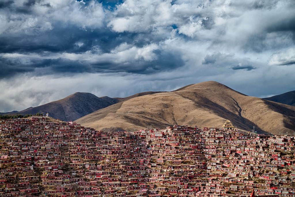 Tysiące buddyjskich domów w chińskiej prowincji Syczuan - Foto: ® Attila Balogh, Hungary, Shortlist, Open Architecture, 2016 Sony World Photography Awards