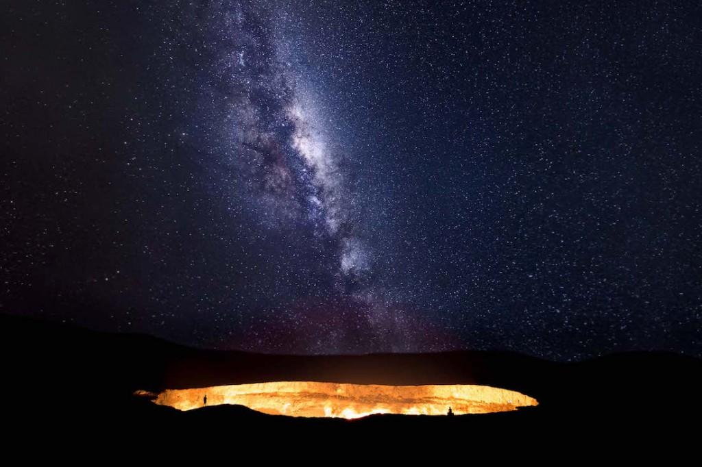 Droga Mleczna wznosi się nad gazowym kraterem Darvaza na pustyni Kara-kum w Turkmenistanie - Foto: ® Tino Solomon, UK, Shortlist, Open Low Light, 2016 Sony World Photography Awards