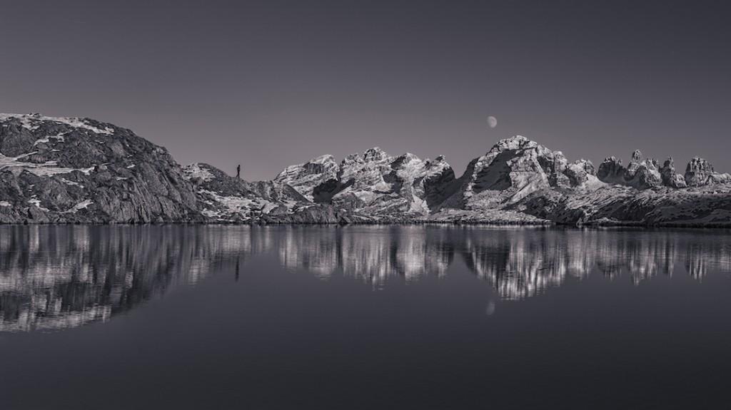 Selfie nad jeziorem, autor zdjęcia stoi na grani. W tle widać alpejskie góry Dolomiti di Brenta w północnych Włoszech - Foto: ® Stefano Guerrini, Italy, Shortlist, Open, Panoramic, 2016 Sony World Photography Awards