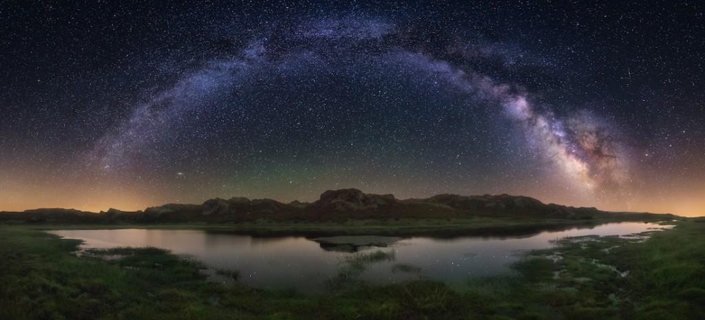 Droga Mleczna, panorama wykonana w Hiszpanii, złożona z ośmiu pionowych zdjęć - Foto: ® Carlos F. Turienzo, Spain, Shortlist, Open Panoramic, 2016 Sony World Photography Awards