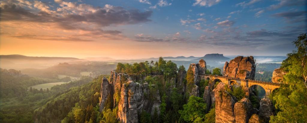 Wschód słońca nad skałami Bastei w Szwajcarii Saksońskiej w Niemczech - Foto: ® Christian Ringer, Germany, Shortlist, Open, Panoramic, 2016 Sony World Photography Awards