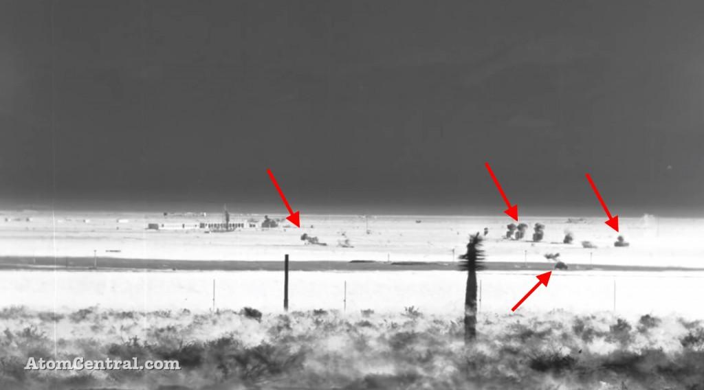 Eksplozja bomby atomowej, wskazane obiekty płoną na skutek oddziaływania promieniowania cieplnego - Źródło: youtube.com/atomcentral