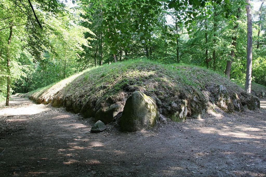 Piramida w Wietrzychowicach - Źródło: commons.wikimedia.org Foto: Einsamer Schütze