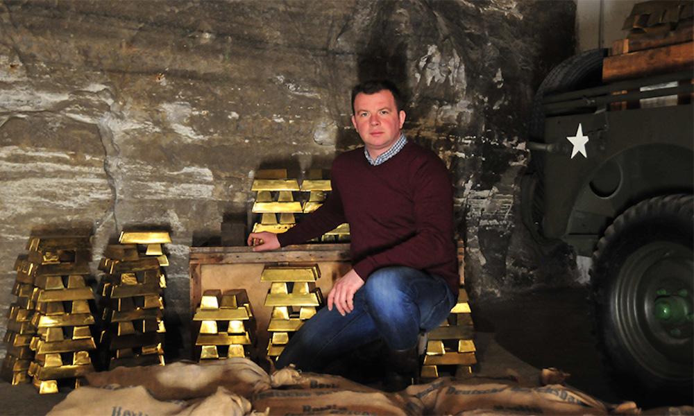 """Łukasz Kazek w podziemiach kopalni soli Merkers w Niemczech - """"Na tropie Złotego Pociągu"""" - Foto: Discovery Channel / Łukasz Kazek"""