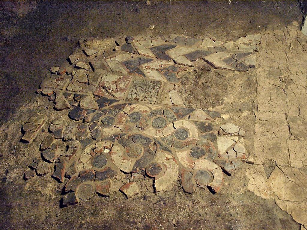 Pkt. 1 - Posadzka w podziemiach Katedry w Gnieźnie - Foto: Lech Szymanowski Źródło: pinholeandphotodocument.blogspot.com