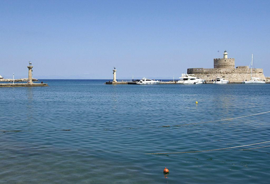 Współczesne wejście do portu i fortyfikacje wyspy - Foto: Jebulon Źródło: commons.wikimedia.org