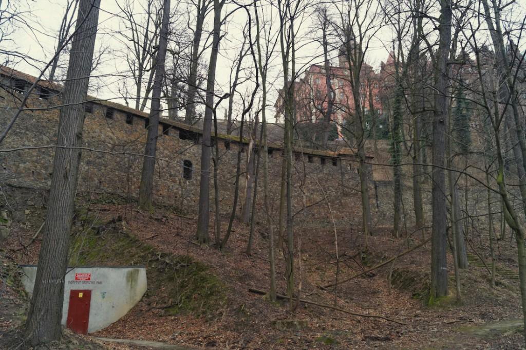 Sztolnia nr 2 wejście do podziemi, u góry Zamek Książ