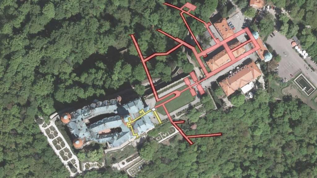 Plan podziemi Zamku Książ naniesiony na zdjęcie satelitarne - Obraz: Geoportal - Rzut Podziemi: Les7007