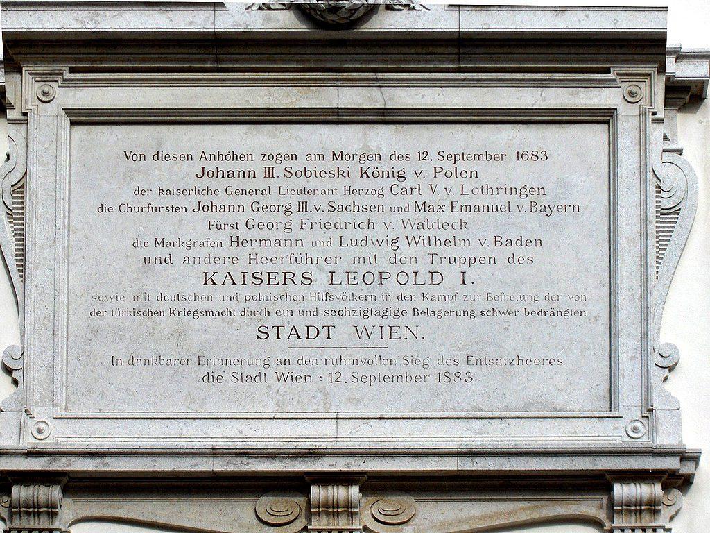 Pamiątkowa tablica nad wejściem do kościoła św. Józefa - Źródło: commons.wikimedia.org Foto: Georges Jansoone