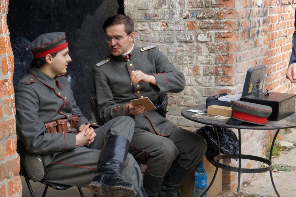 Przewodnicy po Forcie Va w pruskich mundurach