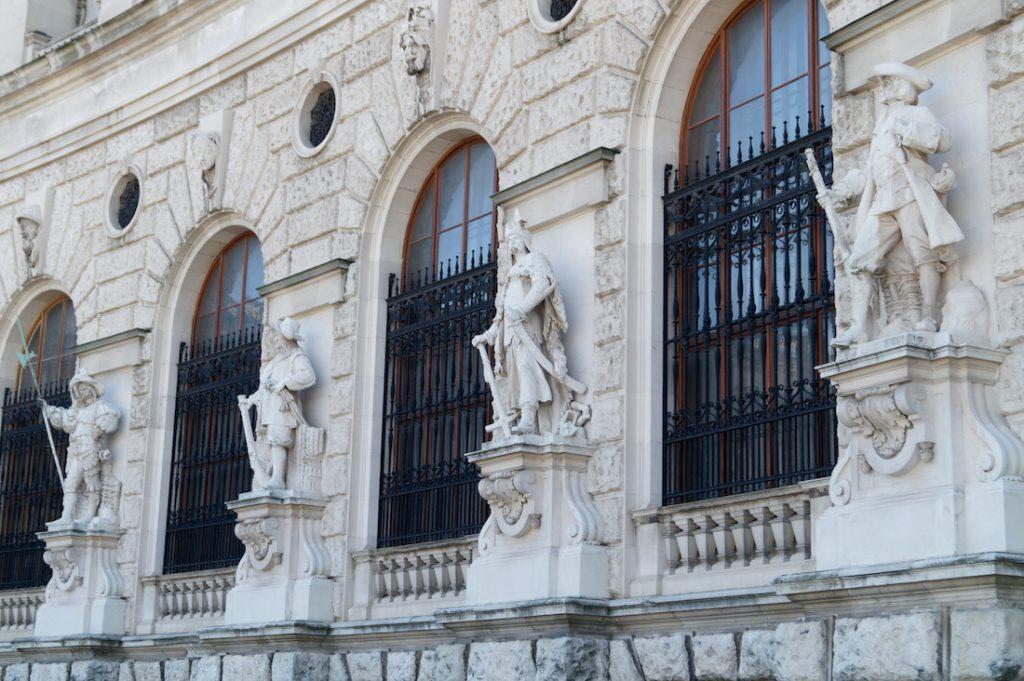 Rząd kamiennych figur, drugi od prawej to polski żołnierz - Zwiedzanie Wiednia