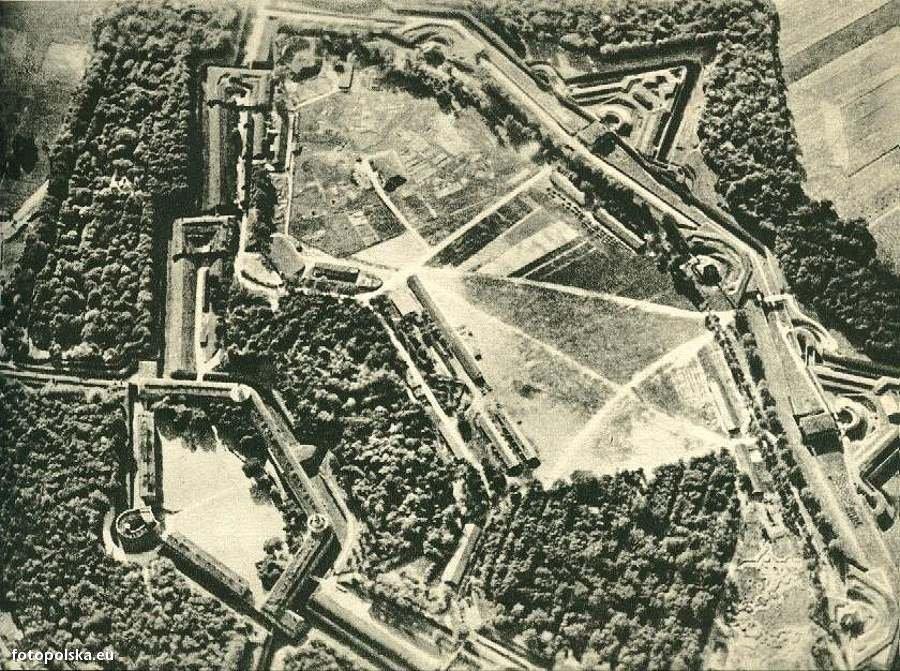 Stare lotnicze zdjęcie Fortu Winiary - Źródło: fotopolska.eu