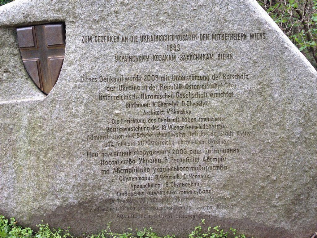 Zbliżenie na tablice pamiątkową przy pomniku Kozaka