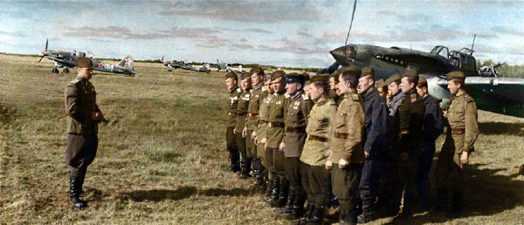 Dowódca eskadry i piloci na tle szturmowych samolotów Iljuszyn Ił-2