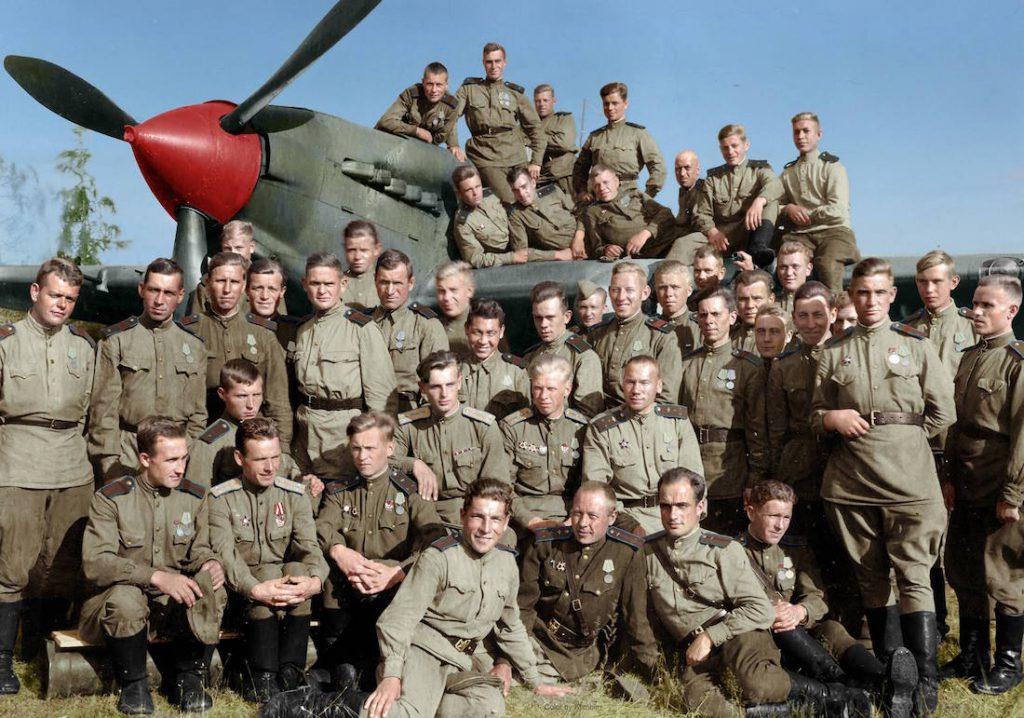 Piloci z 566. Pułku Lotnictwa Szturmowego na tle samolotu Iljuszyn Ił-2