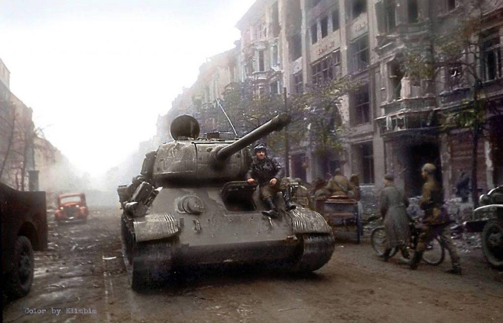 Radziecki czołg T-34/85 na ulicach Berlina, kwiecień 1945 roku