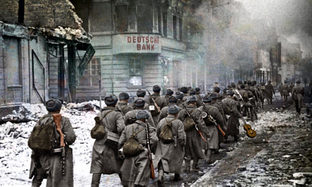 Żołnierze Armii Czerwonej maszerują przez Piłę (Schneidemühl), luty 1945 roku