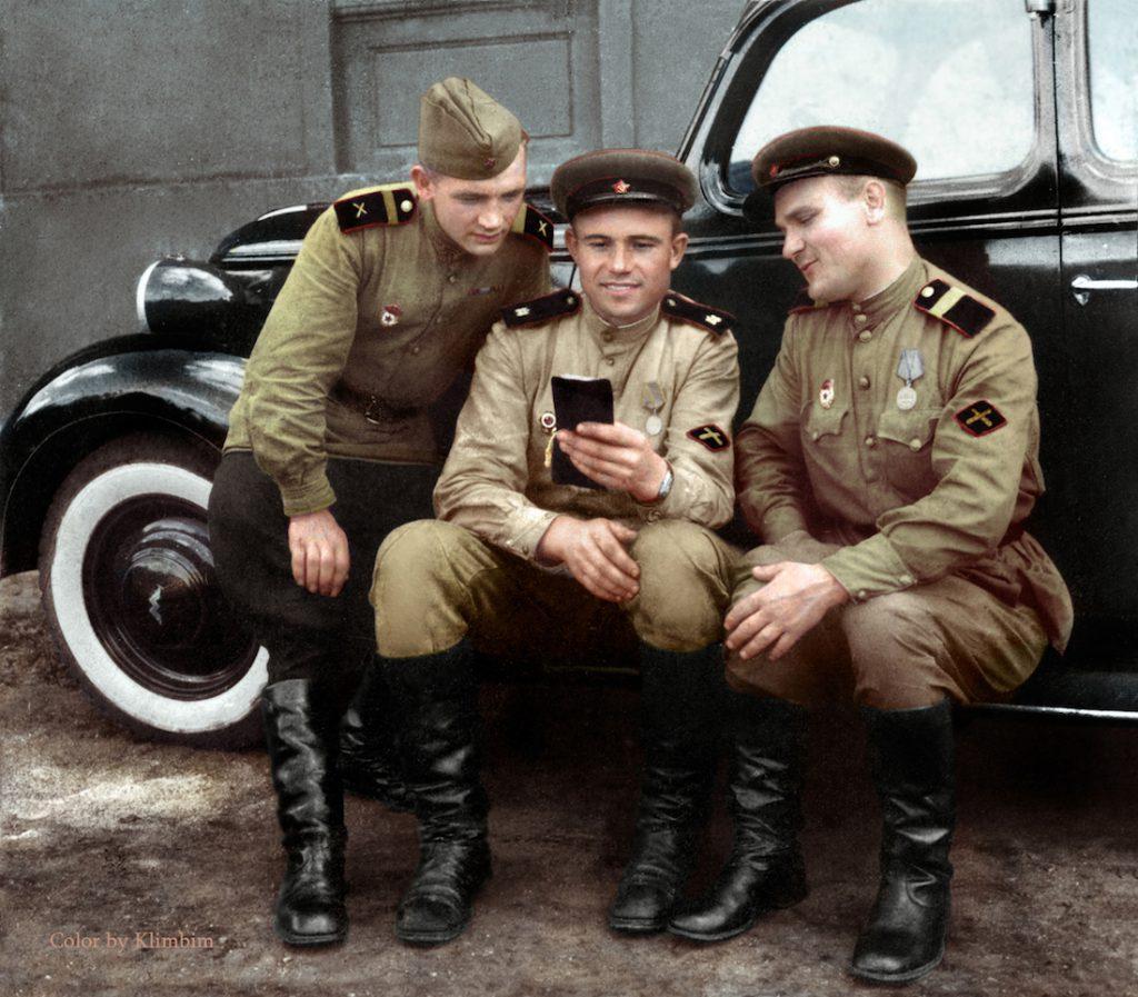 Trzech żołnierzy z wojsk artylerii przeciwpancernej