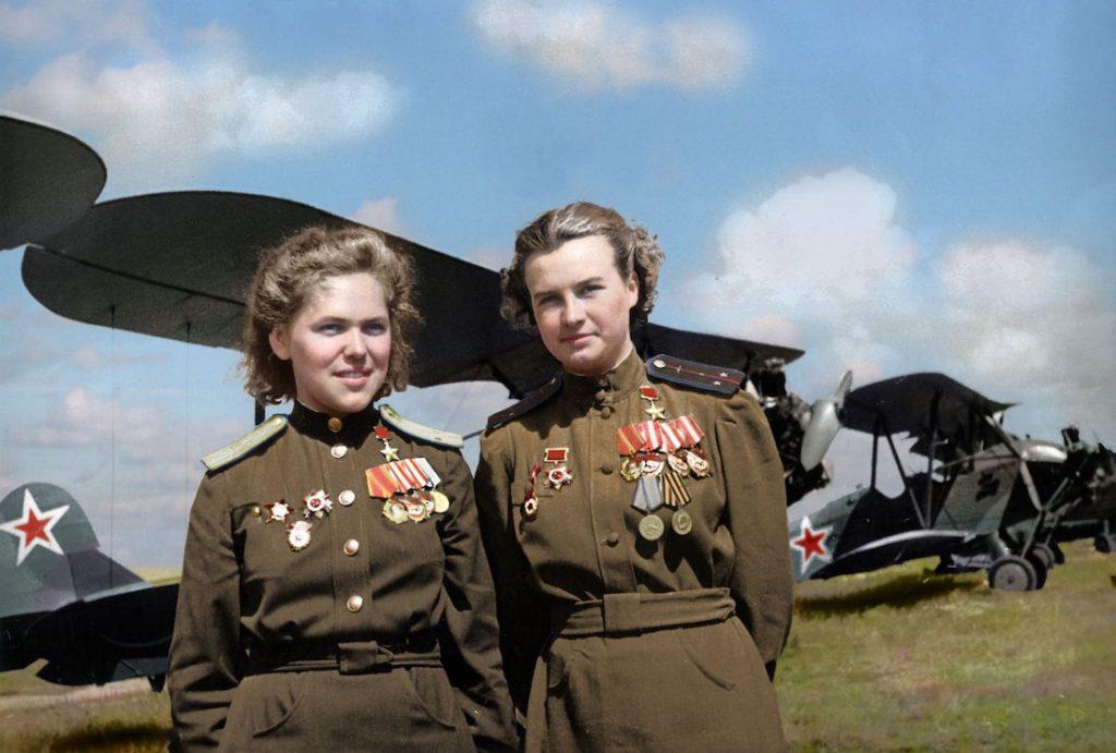 Bohaterki Związku Radzieckiego, po lewej Rufina Gaszewa (848 nocnych misji bojowych), po prawej Natalia Meklin (980 nocnych misji bojowych)