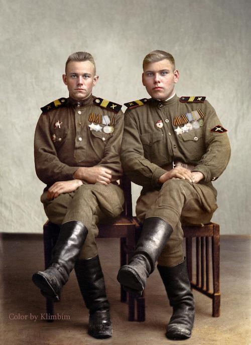 Żołnierze z wojsk artylerii przeciwpancernej, ładowniczy Mikołaj Karenin i strzelec Mikołaj Kalmykow