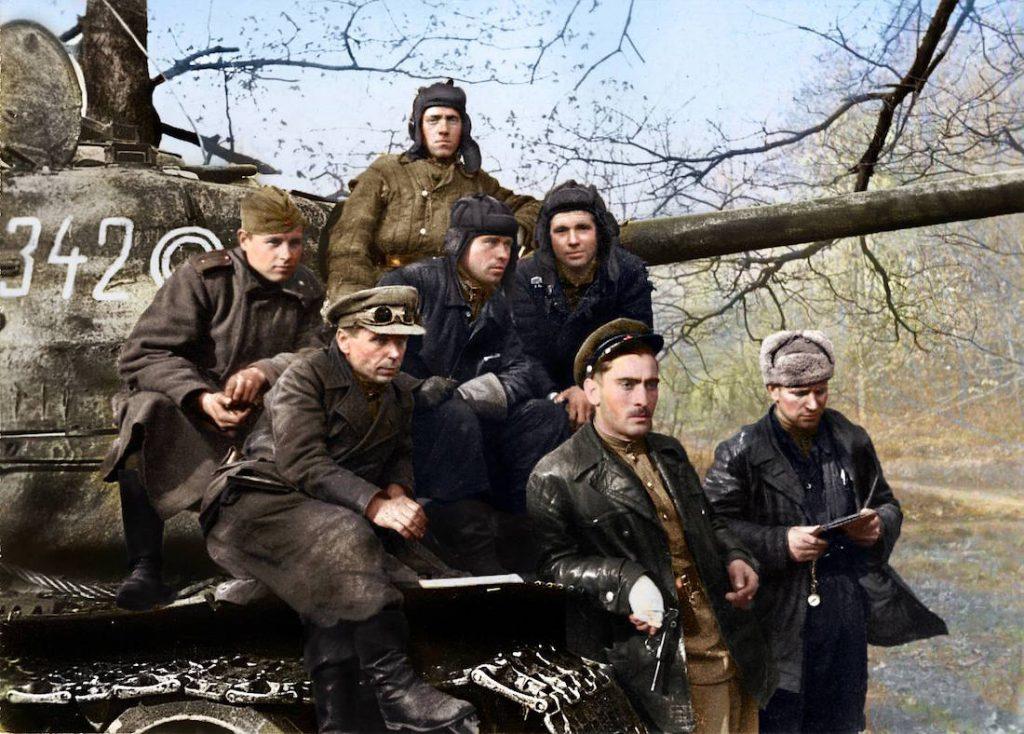 Grupa sowieckich czołgistów na pancerzu czołgu T-34 podczas ofensywy na Berlin
