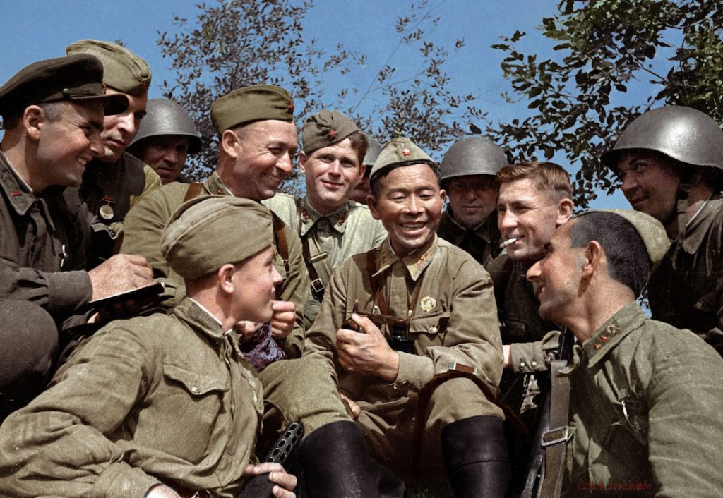 Radziecki snajper Siemion Nomokonow (w środku z fajką), w czasie wojny przypisano mu zabicie 367 żołnierzy przeciwnika