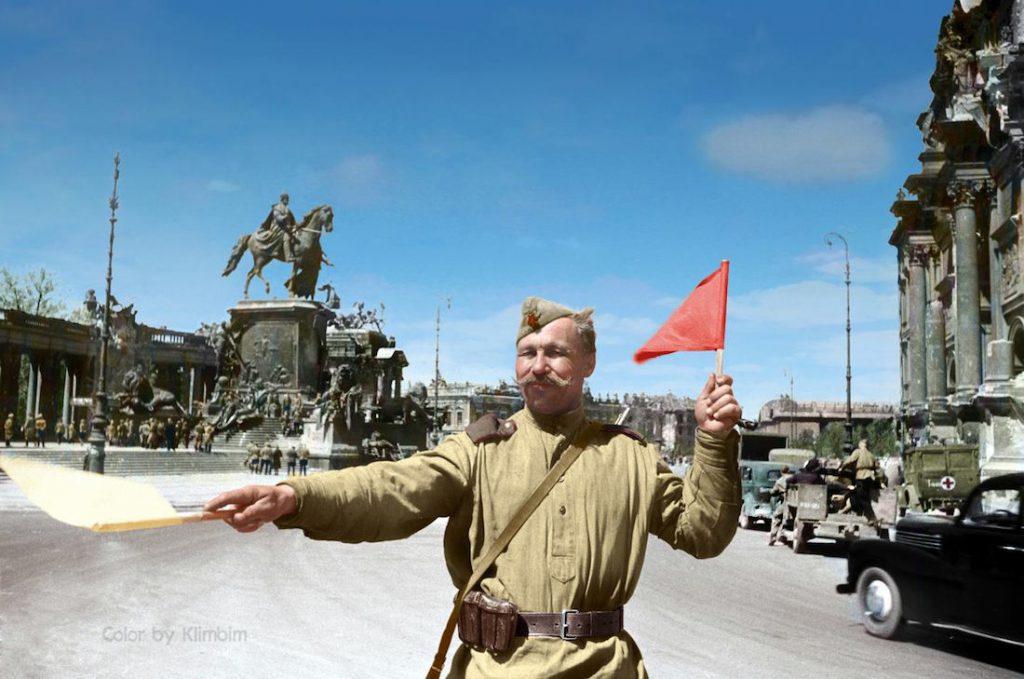 Armia Czerwona zajmuje Niemcy - radziecki żołnierz kieruje ruchem na ulicach Berlina, z tyłu Kaiser Wilhelm Nationaldenkmal (Narodowy Pomnik Cesarza Wilhelma I), maj 1945 roku