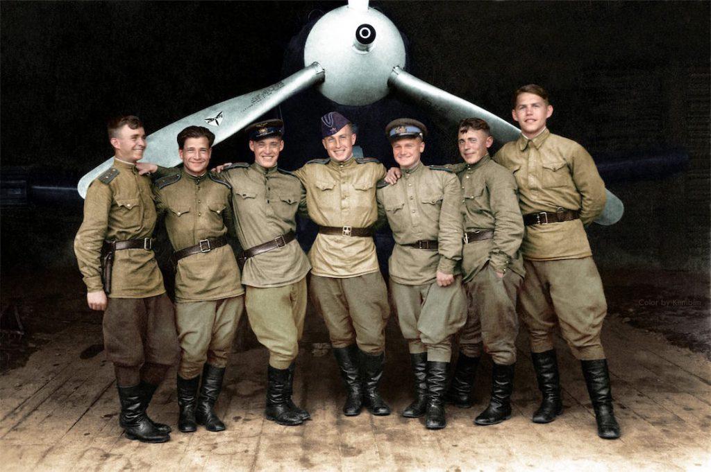 Piloci 102. Pułku Lotnictwa Myśliwskiego Gwardii na tle samolotu amerykańskiej produkcji P-39 Airacobra