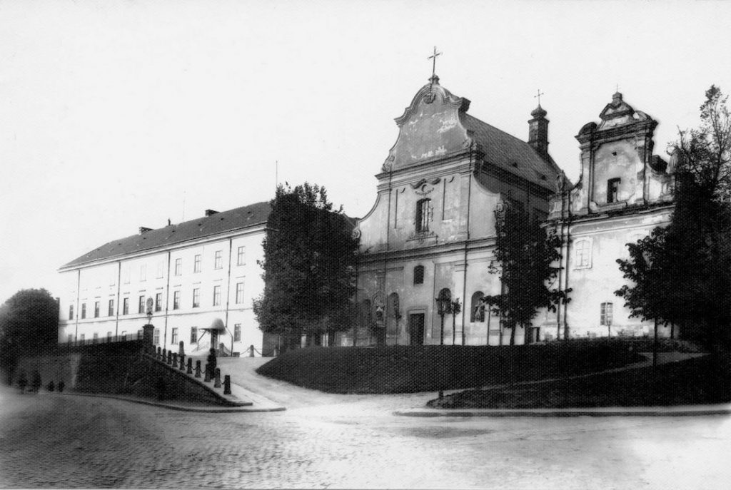 Po lewej budynek Uniwersytetu Jana Kazimierza, po prawej kościół św. Mikołaja