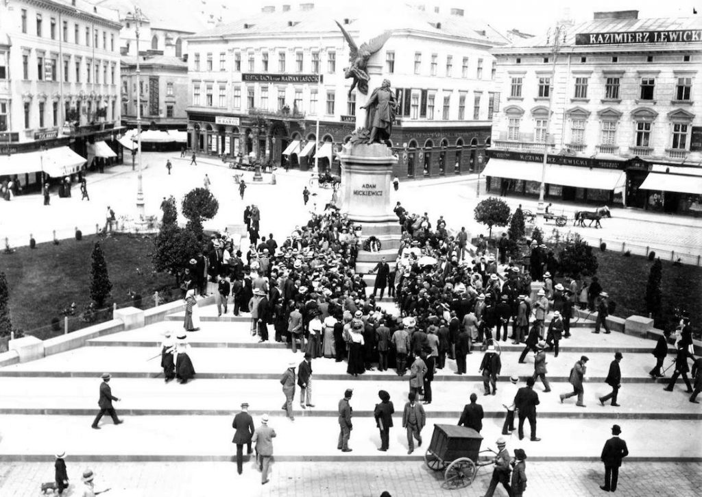 Plac Mariacki i Pomnik Adama Mickiewicza we Lwowie - Pomnik pozostał na swoim miejscu