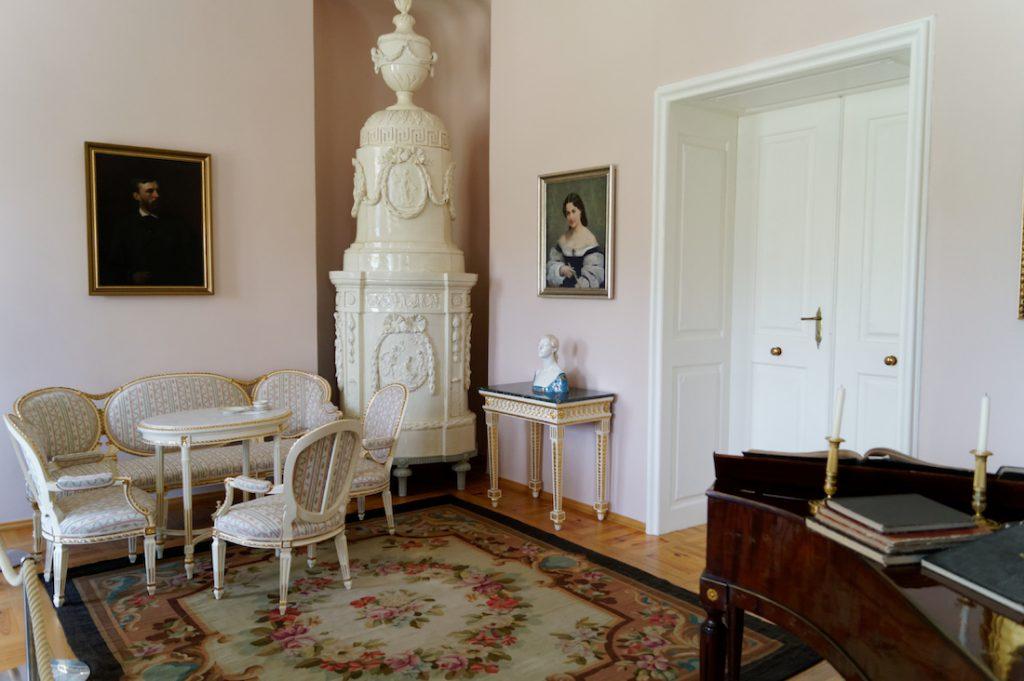 Wystrój pałacowych wnętrz z zabytkowymi kaflowymi piecami