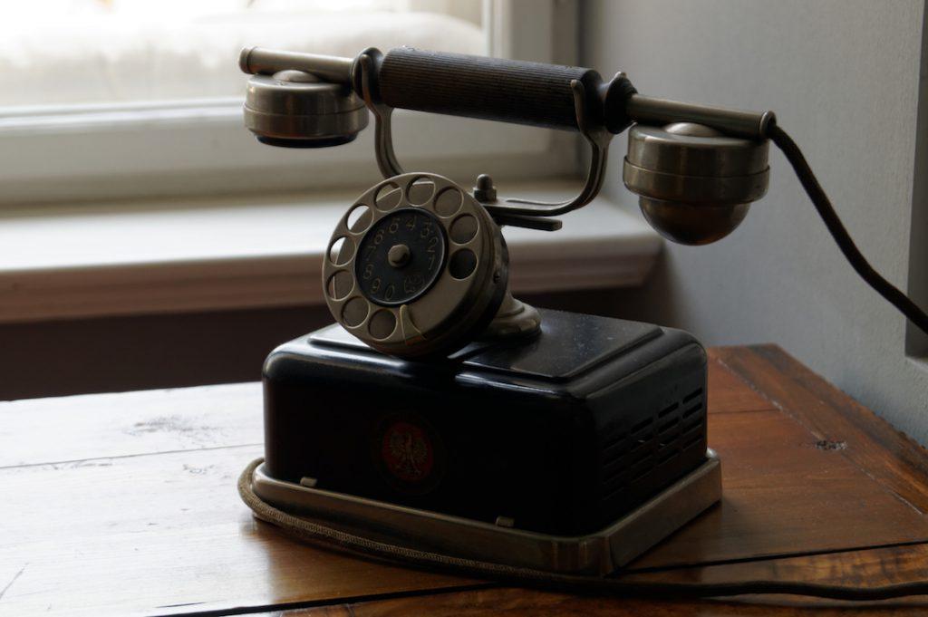 Telefon z dawnej epoki - Pałac Raczyńskich w Rogalinie