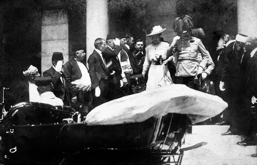 Franciszek Ferdynand i jego żona Zofia wychodzą z ratusza, 10 min później zostają zamordowani - Morderstwo, które zmieniło losy Europy