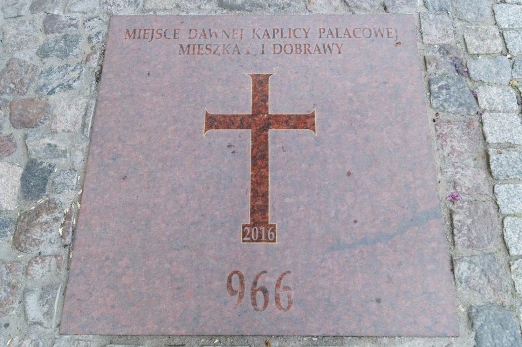 Miejsce dawnej kaplicy pałacowej Mieszka I i Dobrawy 966 rok
