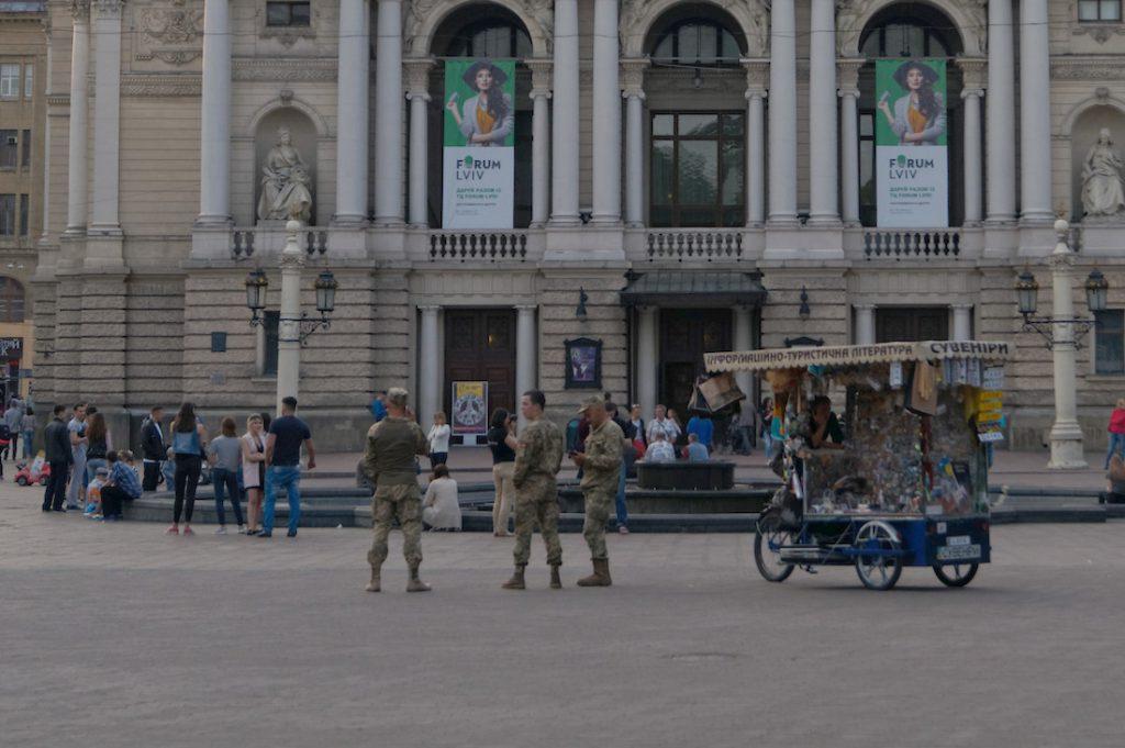 Umundurowani żołnierze na przepustkach to powszechny widok we Lwowie