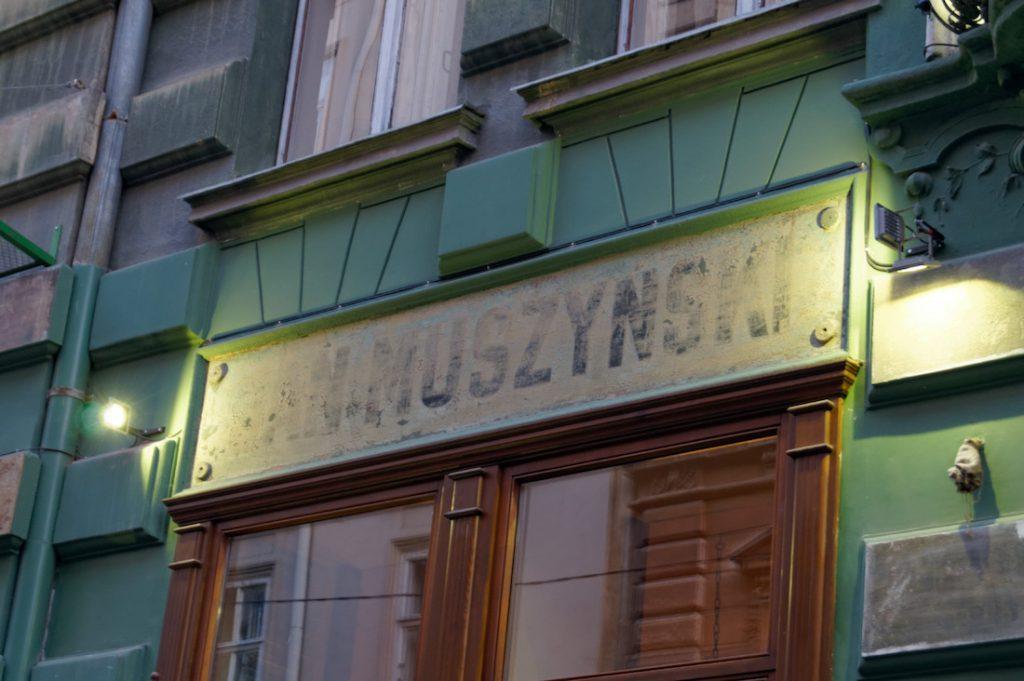 """Odsłonięty szyld """"Jan Muszczyński"""""""