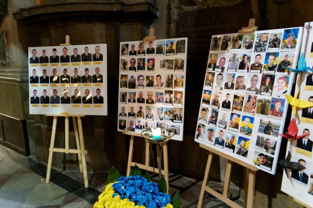 Zdjęcia poległych ukraińskich żołnierzy w jednej z cerkwi