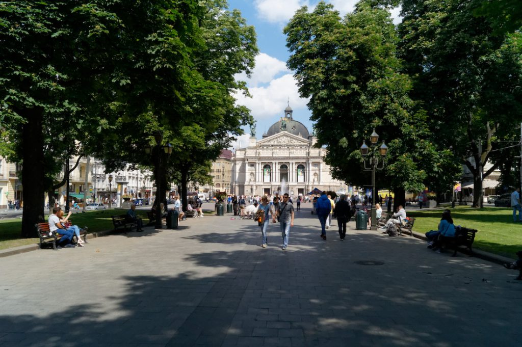 Budynek opery widziany z Prospektu Swobody