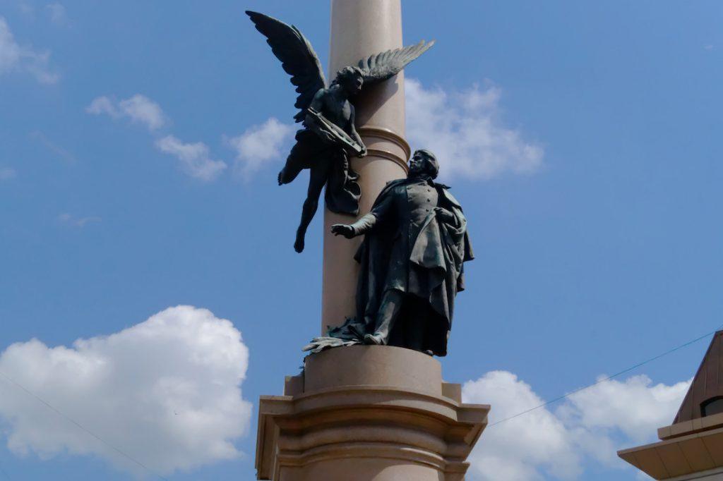 Zbliżenie na pomnik Adama Mickiewicza we Lwowie