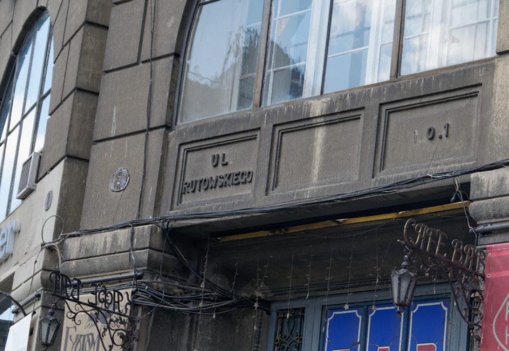 Na elewacji budynku ulica Rutowskiego