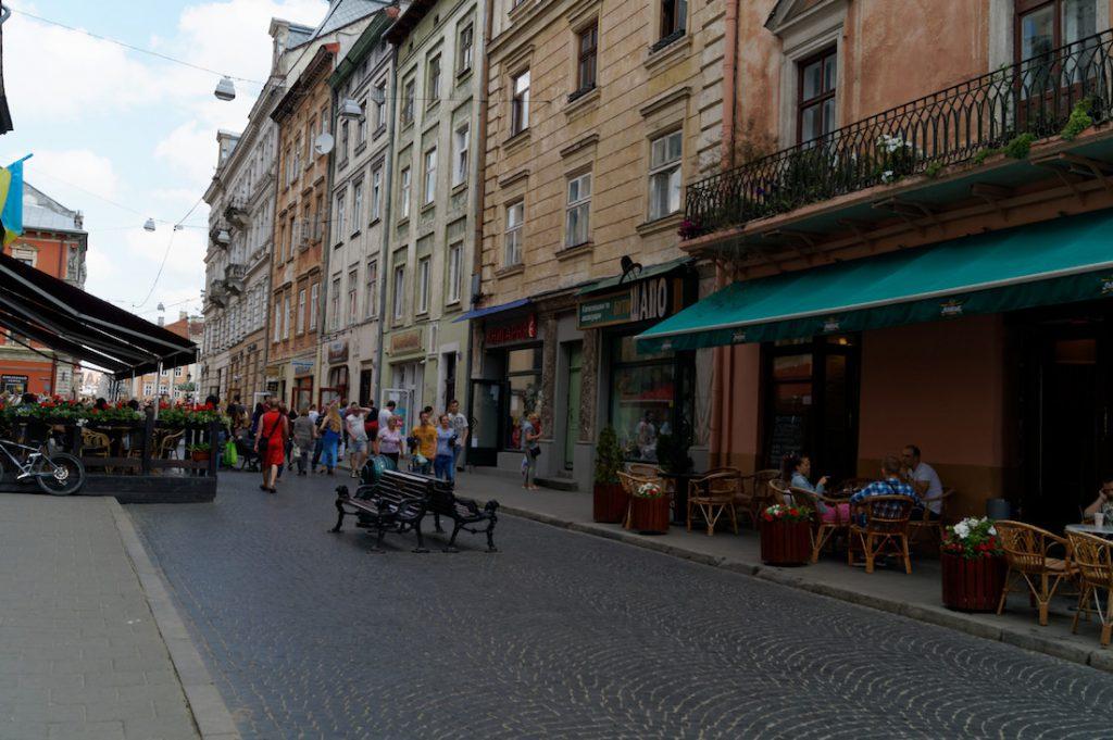 Lwowskie uliczki są urokliwe, w centrum znajdziemy wiele restauracji z ogródkami piwnymi