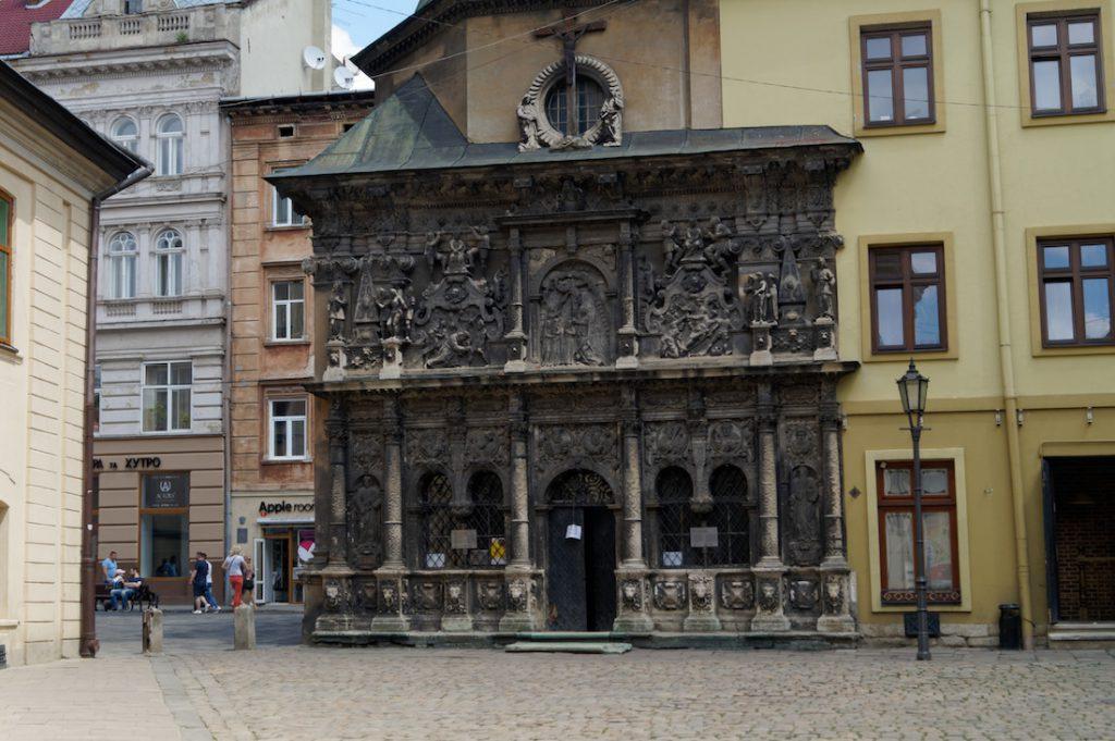 Bogato zdobiona elewacja nad wejściem - Kaplica Rodziny Boimów we Lwowie
